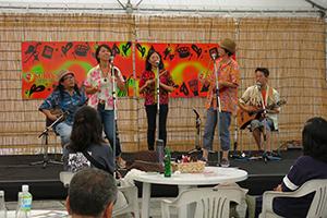 「スキヤキ・ミーツ・ザ・ワールド」カフェステージにて、生徒さんユニット「ハナ・サーサー」として出演