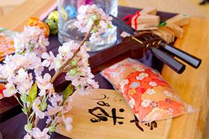「しゃみせん楽家」店内にて、フラワーアーティスト川上香織さんとのコラボレーション企画「花としゃみせん」開催