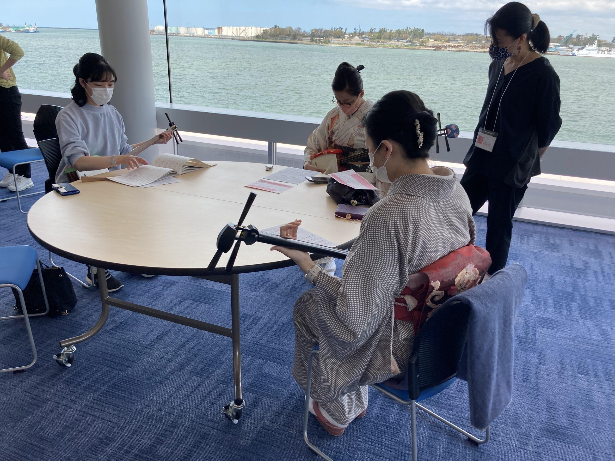 金沢港クルーズターミナルで三味線体験会